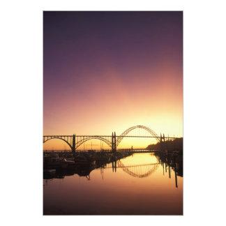 Ajuste detrás del puente de Newport, Oregon de Sun Fotografías