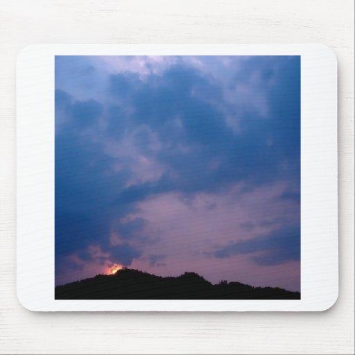 Ajuste púrpura melancólico del cielo tapete de raton