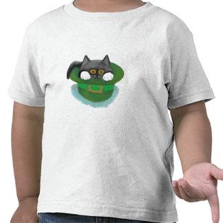 Ajustes del gatito del smoking dentro del gorra de camisetas