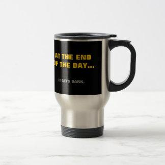 """¡""""Al final del día"""" consigue oscuridad! Taza De Viaje"""