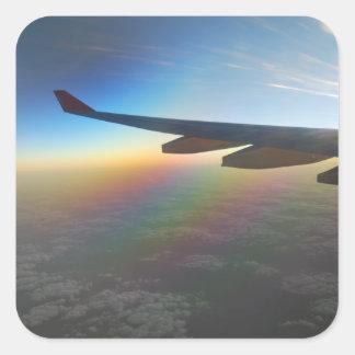 Ala del aeroplano contra el sol poniente pegatina cuadrada