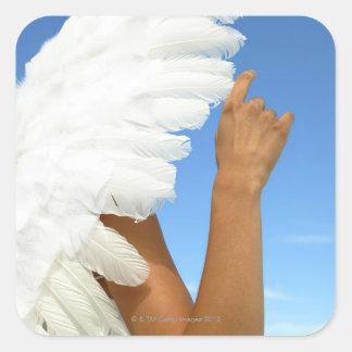 Ala del ángel con el brazo pegatina cuadrada