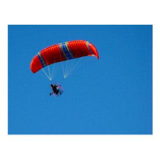 Ala flexible del motor en la postal del cielo azul