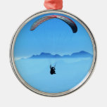 Ala flexible en fondo azul con las montañas ornamente de reyes