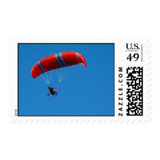 Ala flexible motorizada en el cielo azul - sellos