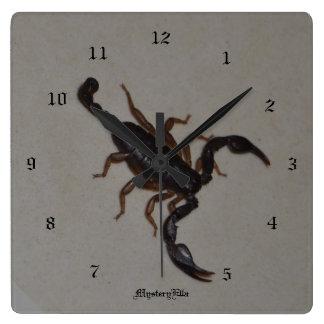 """alacrán"" by mysteryella reloj cuadrado"