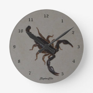 """alacrán"" by mysteryella reloj redondo mediano"