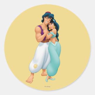 Aladdin y jazmín que abrazan 2 pegatina redonda