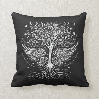 Alas a volar y árbol con la almohada de tiro de