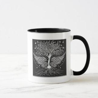 Alas a volar y árbol con la taza de café de las