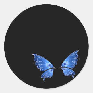 Alas azules de la mariposa pegatina redonda
