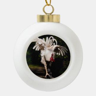 Alas del aleteo del gallo adorno de cerámica en forma de bola
