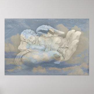 Alas del ángel del bebé que duermen en la mano de  poster