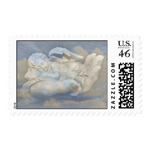 Alas del ángel del bebé que duermen en la mano de  sellos