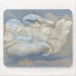 Alas del ángel del bebé que duermen en la mano de  alfombrilla de raton