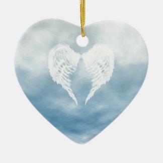 Alas del ángel en cielo azul nublado adorno navideño de cerámica en forma de corazón