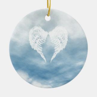 Alas del ángel en cielo azul nublado adorno navideño redondo de cerámica