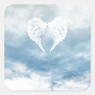 Alas del ángel en cielo azul nublado pegatina cuadrada
