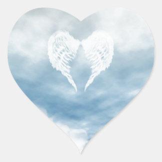 Alas del ángel en cielo azul nublado pegatina en forma de corazón