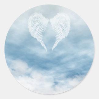 Alas del ángel en cielo azul nublado pegatina redonda