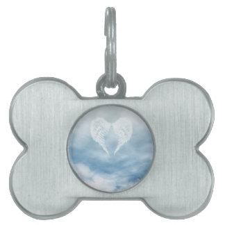 Alas del ángel en cielo azul nublado placas de nombre de mascota