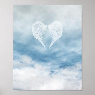 Alas del ángel en cielo azul nublado póster
