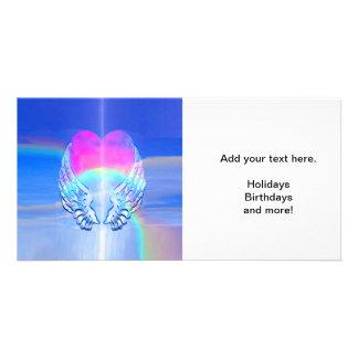 Alas del ángel envueltas alrededor de un corazón tarjeta fotográfica