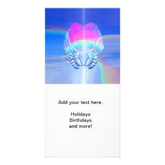 Alas del ángel envueltas alrededor de un corazón tarjeta fotografica