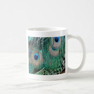 Alas del pavo real y plumas de cola taza de café