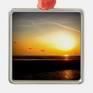 Alas flexibles que disfrutan de la puesta del sol adorno cuadrado plateado
