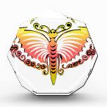 Alas negras y rosadas de la mariposa del melocotón