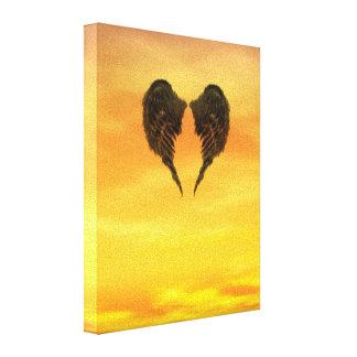 Alas oscuras del ángel en un cielo ardiente de la  impresiones de lienzo