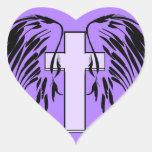 alas púrpuras del ángel con la cruz calcomanía corazón