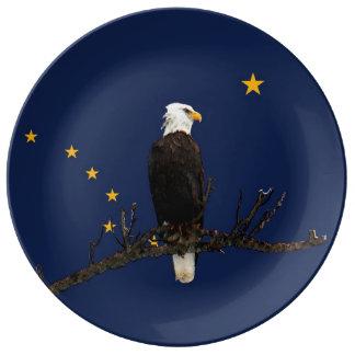 Alaska Eagle y bandera Platos De Cerámica