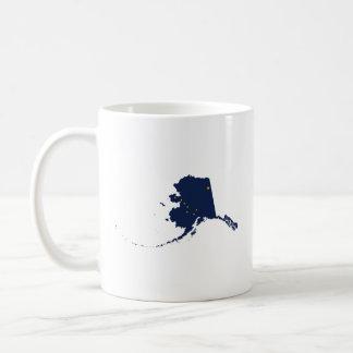 Alaska en azul y oro taza básica blanca