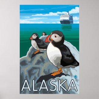 Alaska - frailecillos que miran un barco de crucer póster