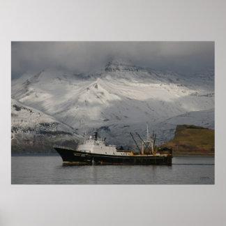 Alaska Juris, pescando el barco rastreador en puer Póster