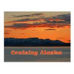 Alaska que cruza/puesta del sol anaranjada viva postal