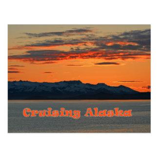 Alaska que cruza/puesta del sol anaranjada viva tarjeta postal