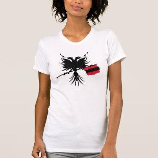 Albanés Eagle con la camiseta de las señoras de la