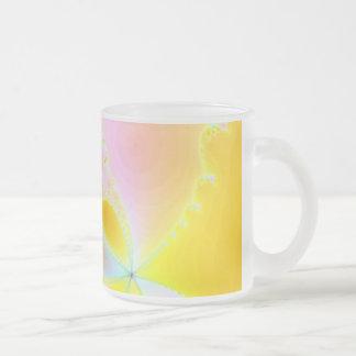 Alboroto cerca taza de cristal