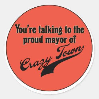 Alcalde orgulloso de la ciudad loca pegatina redonda