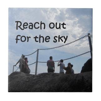 Alcance hacia fuera para el cielo azulejo cuadrado pequeño