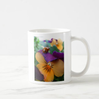 Alcanzar la mariquita taza de café