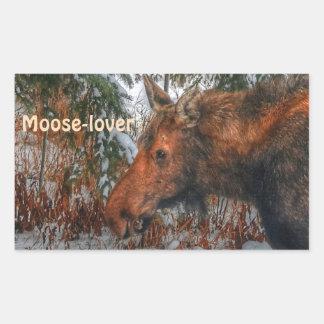 Alces canadienses salvajes que pastan en bosque pegatina rectangular