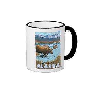 Alces que beben en el lago - Valdez Alaska Tazas De Café