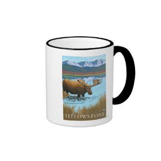 Alces que beben en nacional del lago - Yellowstone Taza De Dos Colores