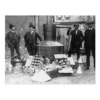 Alcohol ilegal agarrado aún, 1922 postal