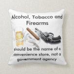 Alcohol, tabaco y armas de fuego cojín decorativo