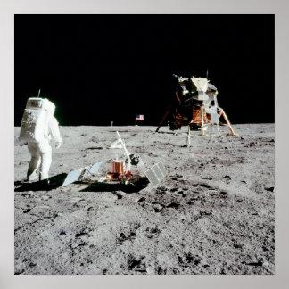 Aldrina del zumbido y módulo lunar en la luna póster